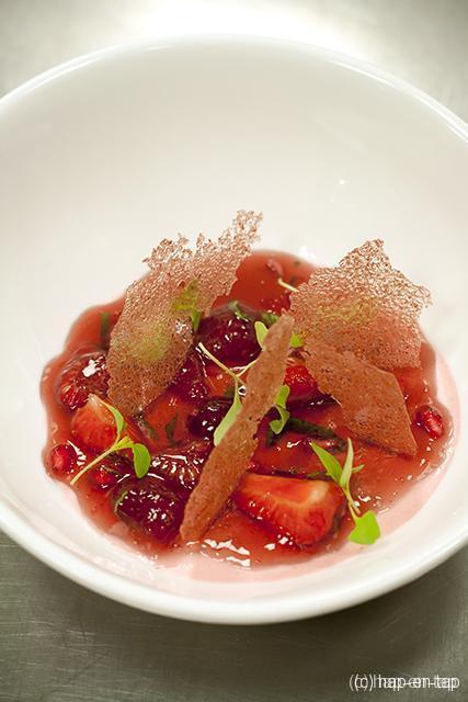 Aardbeienmousse, rozenbottelgelei, aardbeikrokant