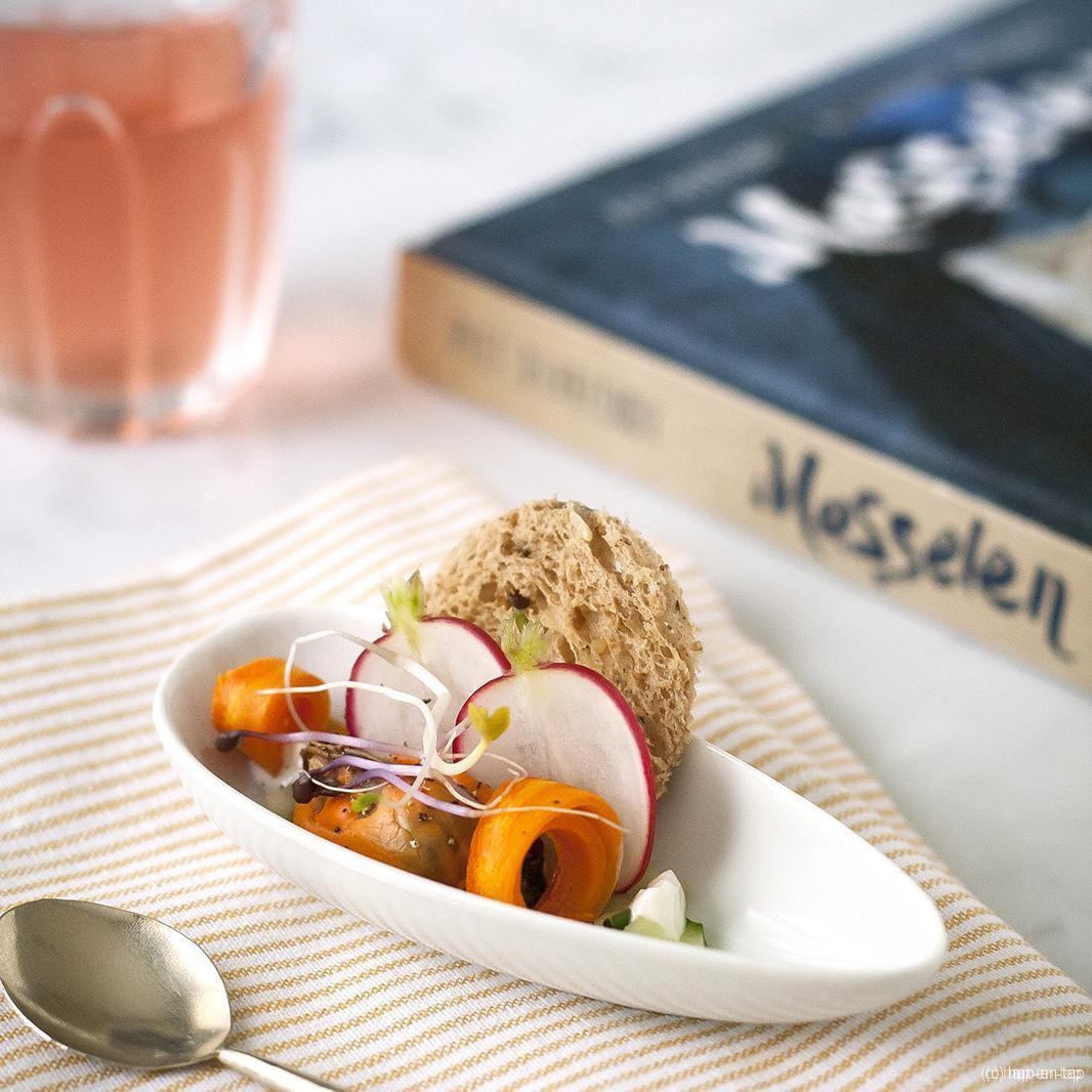 Mosselhapje met toast, yoghurt en radijs