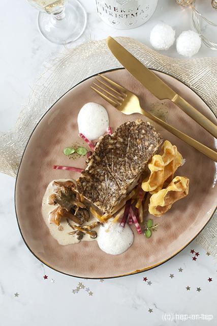 Kabeljauw met paddenstoelenkorst, drie kleuren biet, aardappel-pastinaakwafel