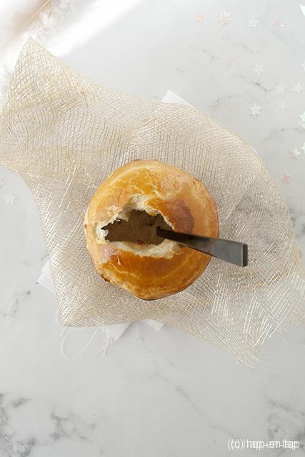 Champignon-kippensoep onder bladerdeegdeksel