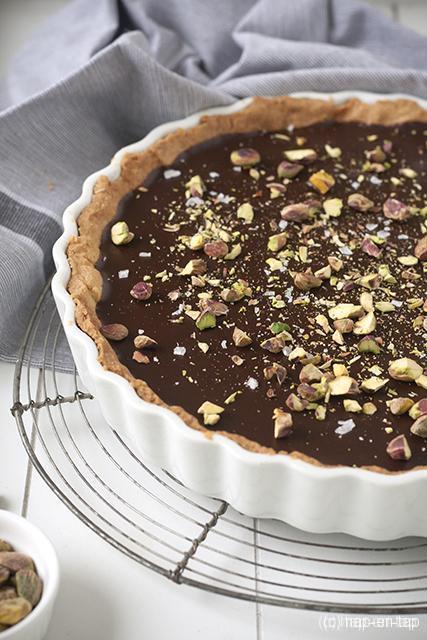 Chocoladerozemarijntaart met gezouten notenkaramel