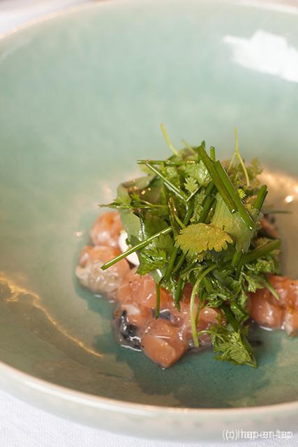 Tartaar van zalm en oester met kruidensalade