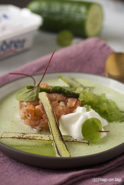 Zalmtartaar, soepje en granité van komkommer, St. Môret espuma