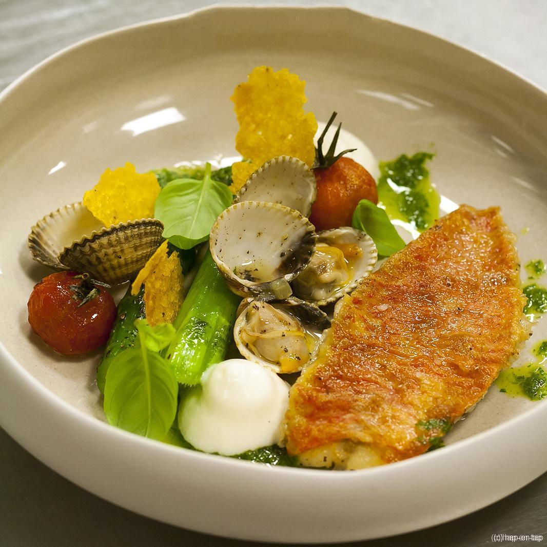Zeebarbeel, tomaat, groene asperges, kokkels