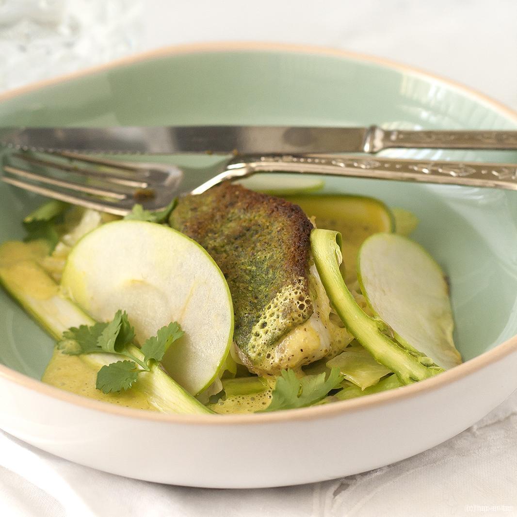 Gegratineerde rode poon met gestoofde spitskool, gemarineerde groene asperges en kerriesaus