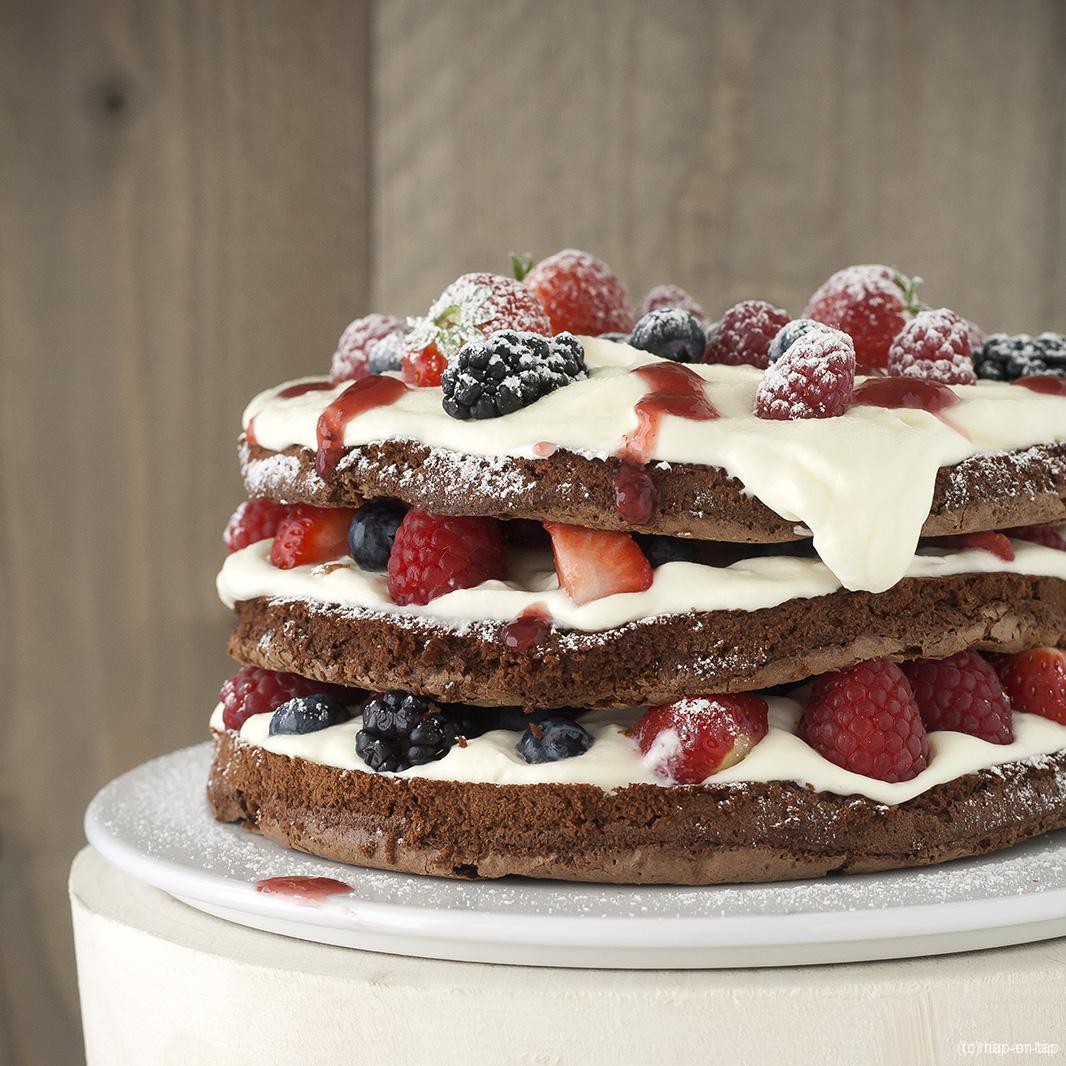 Laagjes spongecake met witte chocolade en rood fruit