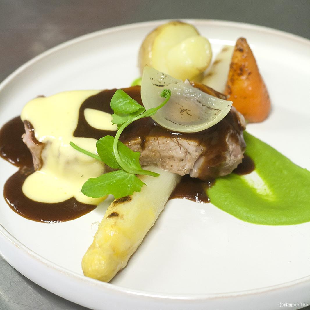 Kalfsvlees gegaard op lage temperatuur, erwtencrème, asperge