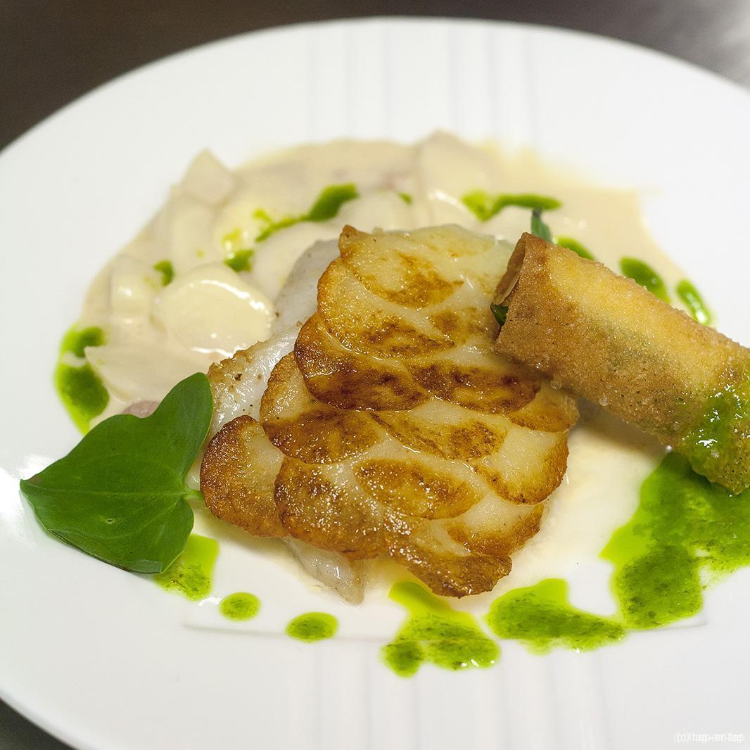 Tarbot met aardappelschubben, aspergeragout