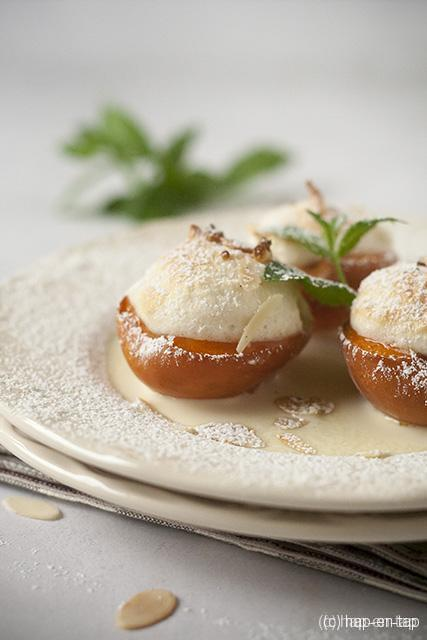 Gegratineerde abrikozen met meringue en amandelschilfers
