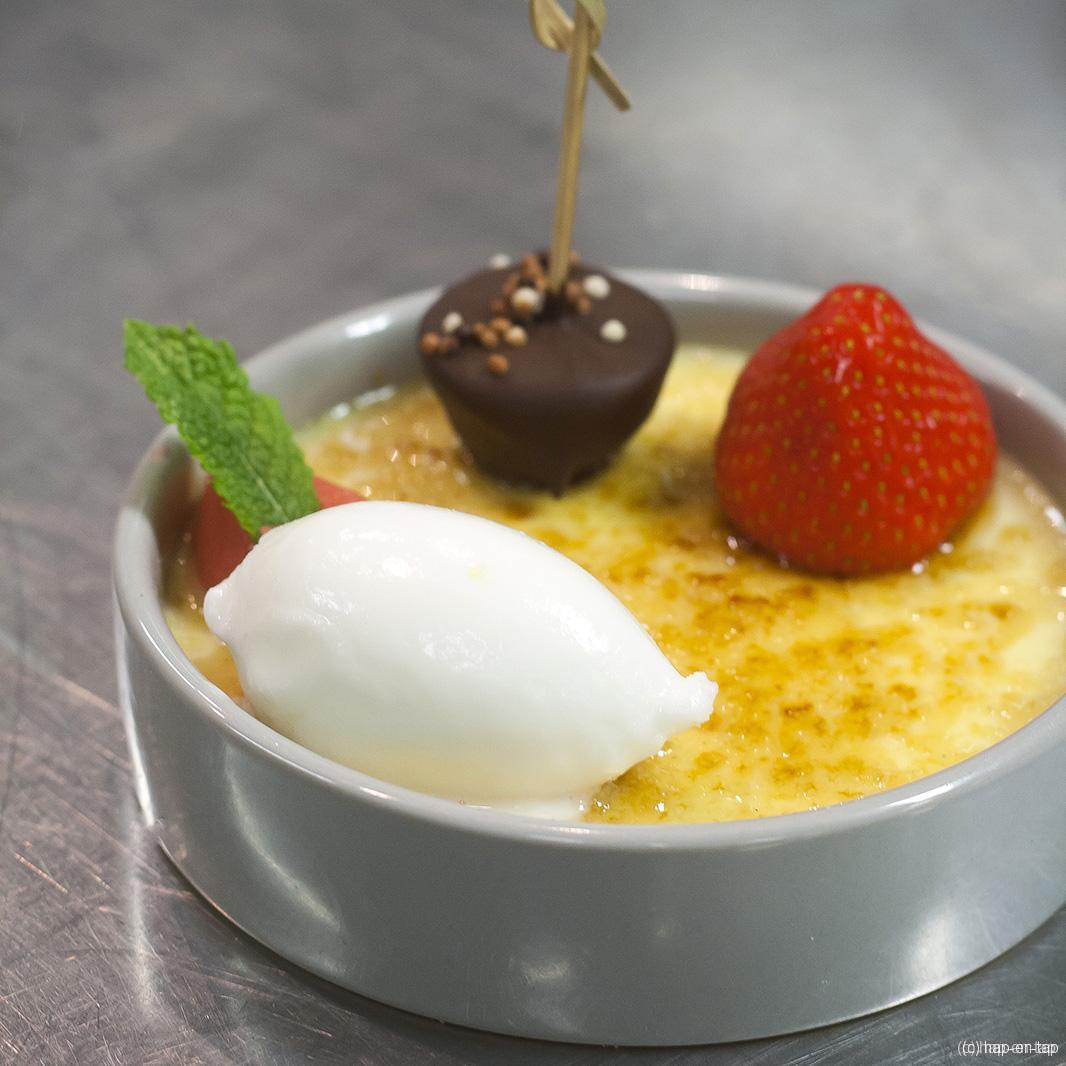 Crème brûlée, karnemelkijs, aardbeiengel, yuzubol