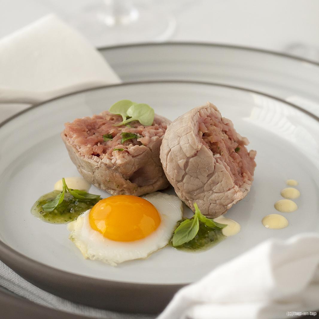 Lauw-warme kubus van rund met zijn tartaar vergezeld van pesto en aïoli
