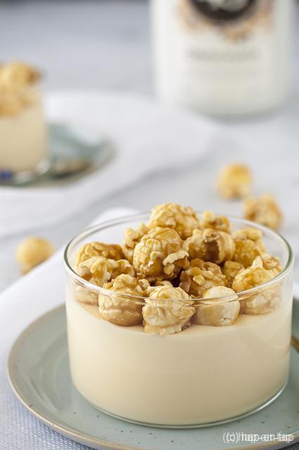 Witte chocolademousse met Licor 43 Orochata en gezouten caramel popcorn