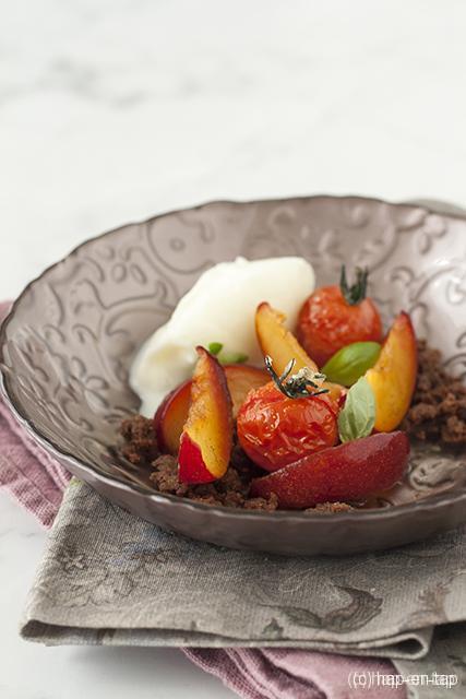 Gemarineerde pruimen en snoeptomaatjes met mascarpone sorbet