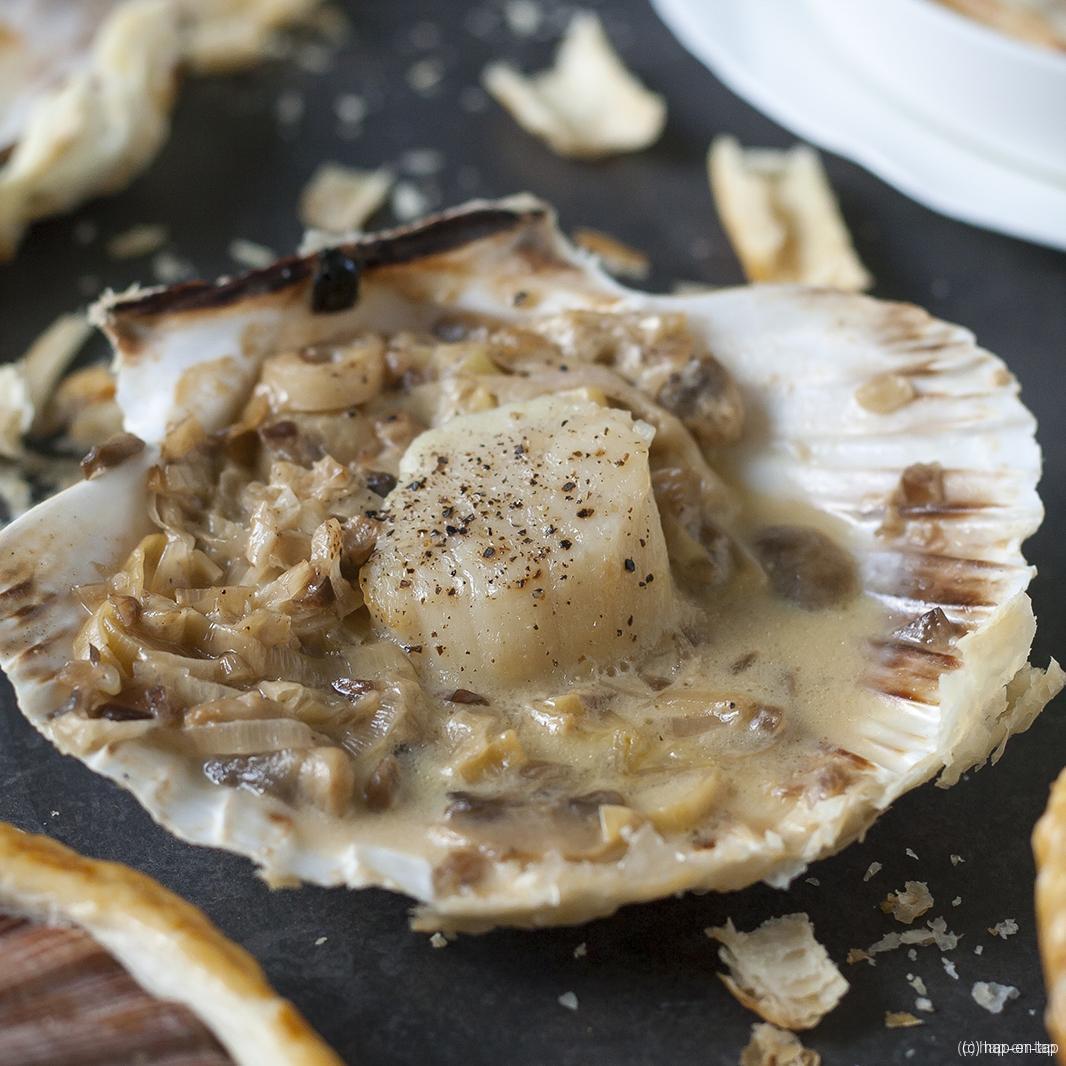 Sint-Jakobsnootjes en fondue van prei in gesmede schelpen