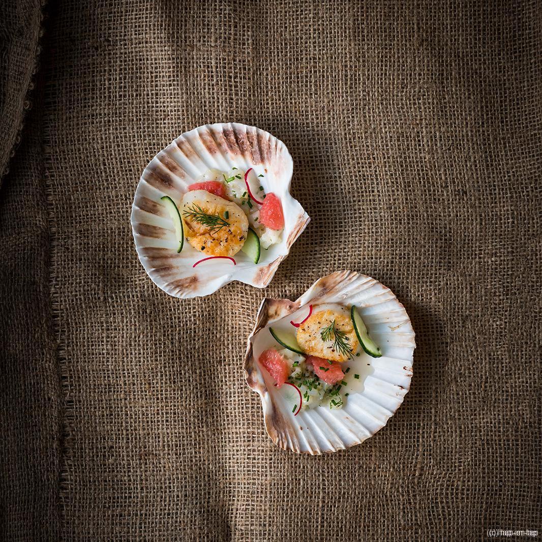 Coquille met grapefruit en groenetheedressing