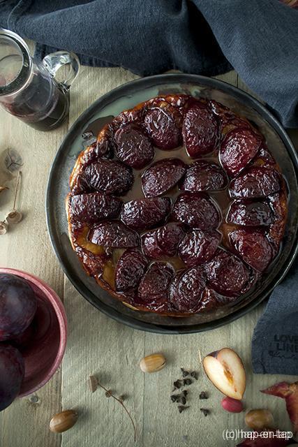 Goddelijke pruimen tarte tatin met kruidige rode wijn
