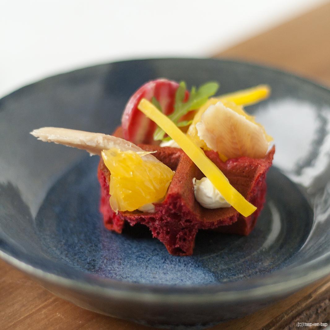 Rode biet wafeltje, sinaasappel, gerookte paling