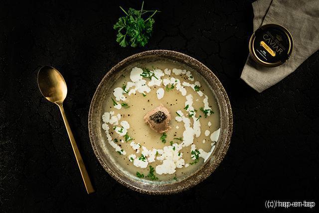 Romige knolselder-bloemkoolsoep met foie gras en kaviaar
