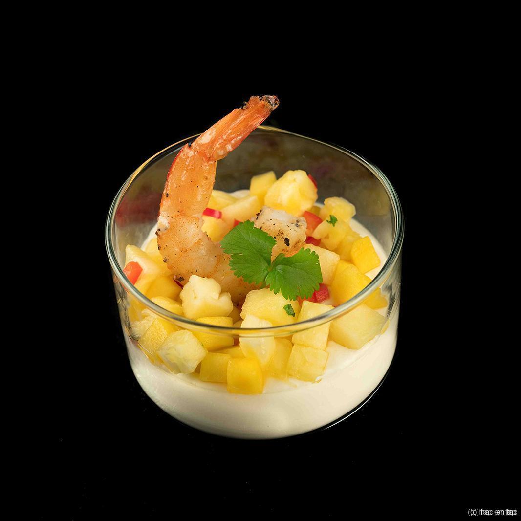 Panna cotta van kokosmelk met scampi's en mango-ananassalsa