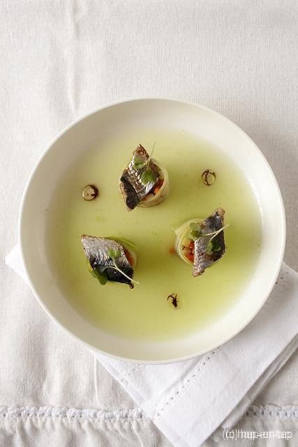 Fris komkommersoepje met gemarineerde sardines