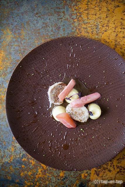 Varkenshaasje, gekonfijte rabarber, puree