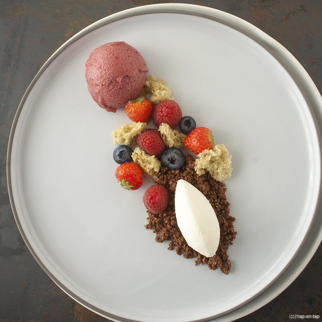 Witte chocolademousse, pistache spongecake, cacao crumble