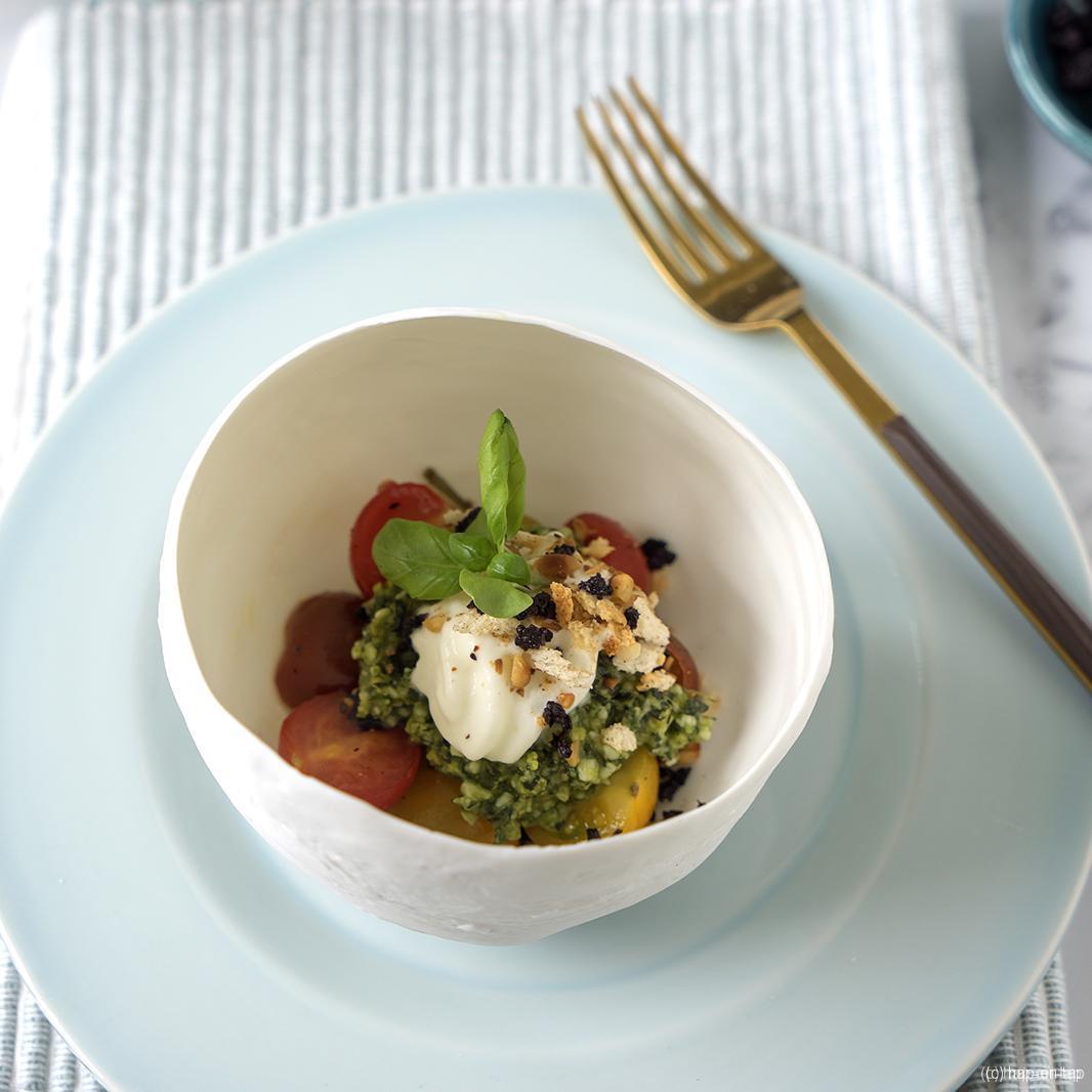 Burrata, poeder van zwarte olijf, tomatencrunch, pesto
