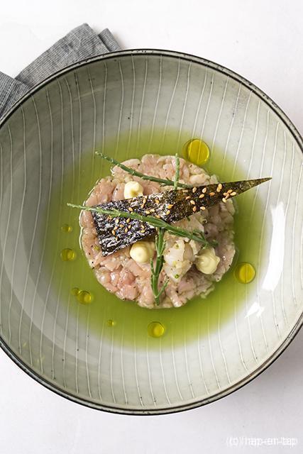 Tartaar van kalfsvlees met zeebarbeel, krokante nori en jus van komkommer
