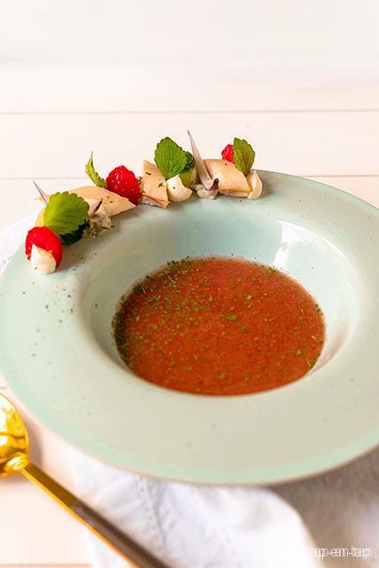 Gazpacho van watermeloen, hangop, gerookte paling, citroenmelisse