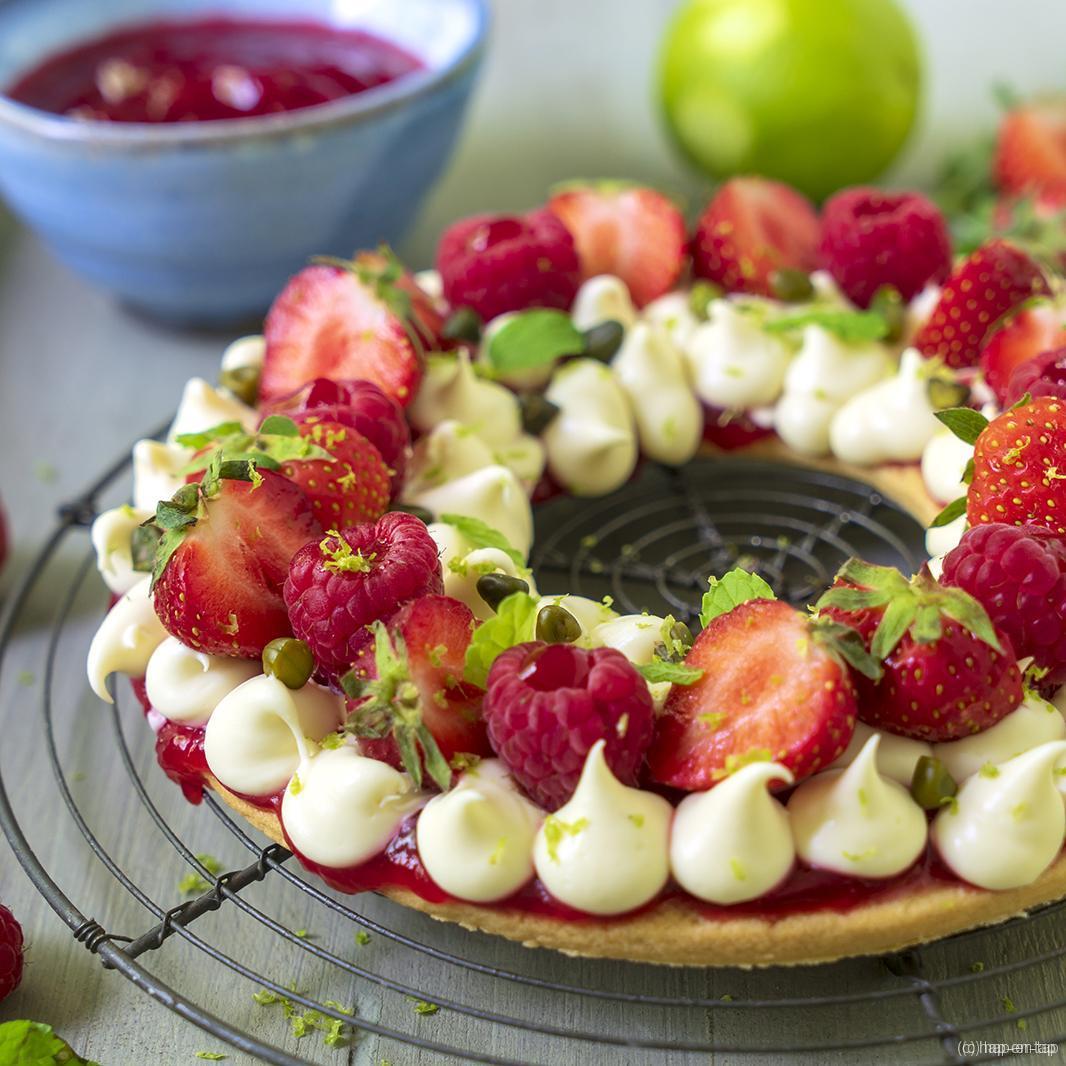 Taart met aardbeien, frambozen en witte chocolade