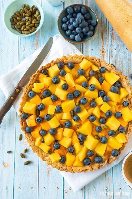 Frangipanetaartje met mango en blauwe bessen