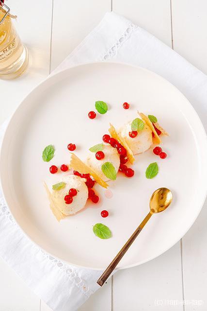 Plattekaasmousse, filokrokantlasagne met tijm-lauriersiroop en rode bessen