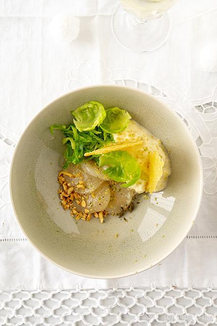 Carpaccio van coquilles, bloemkoolespuma, kaaskrokantje