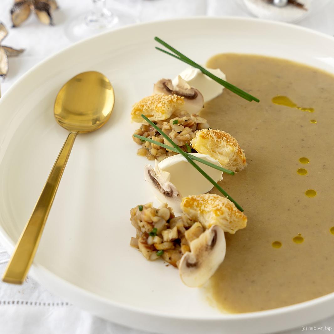 Soepje van kastanjes, tartaar van gerookte paling en scheermessen