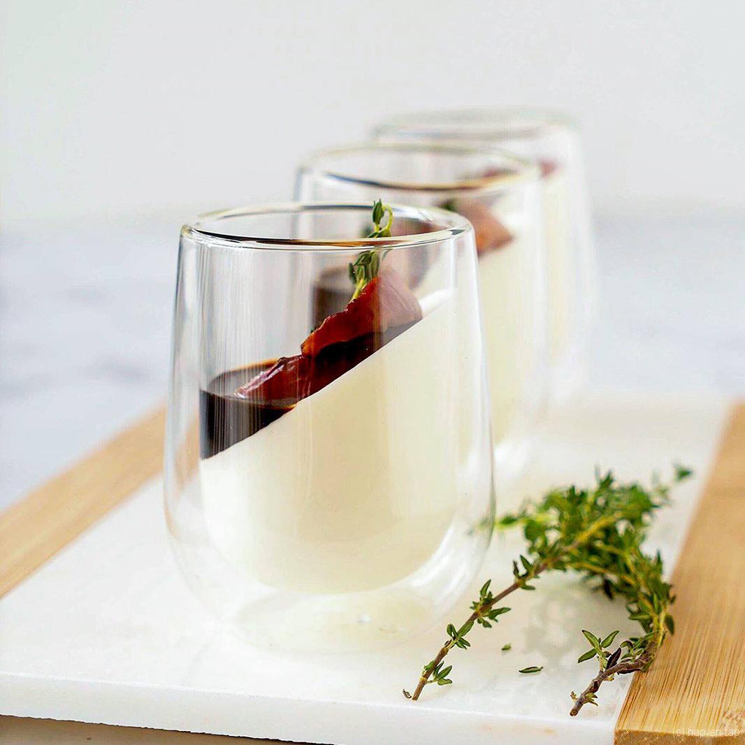 Yoghurt panna cotta met in balsamico en tijm geroosterde perziken