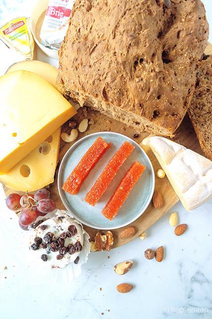 Kweeperengelei en noten-rozijnenbrood