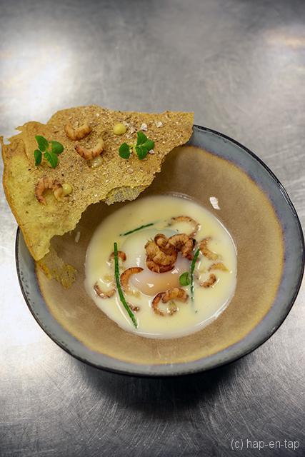 Traaggegaard hoeve-eitje, karnemelk noisette, grijze garnalen crunch