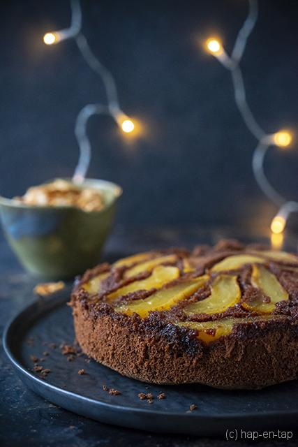 Chocoladecake 'tatin' met peertjes, custard en amandelcrunch