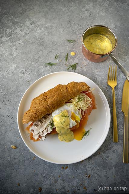 Chique croissant met gerookte zalm, gepocheerd ei en dille-hollandaise