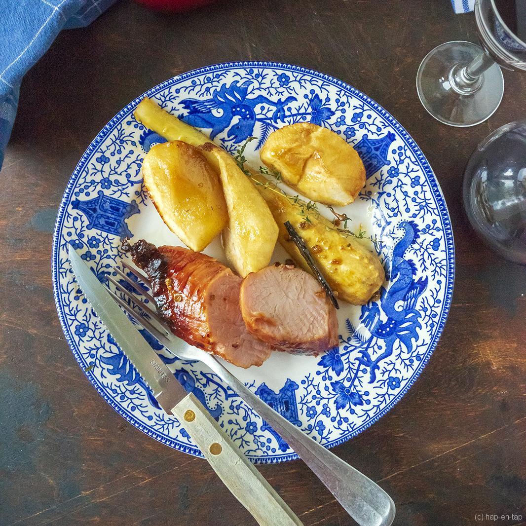 Gekaramelliseerd varkenshaasje met honing en vanille, pastinaak, peer en appel