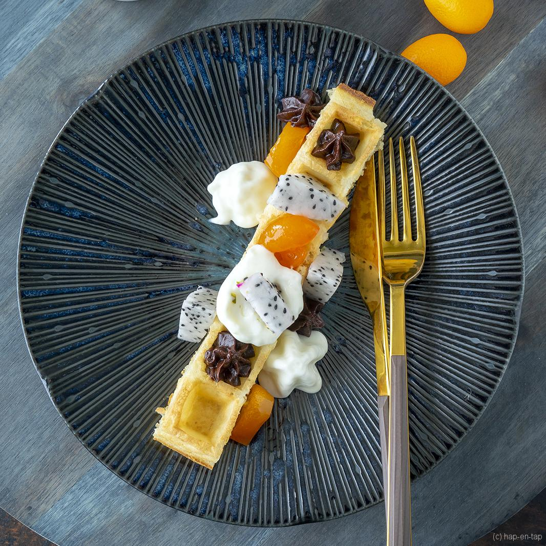 Brusselse wafel met chocolade, gekonfijte kumquats en pitaja