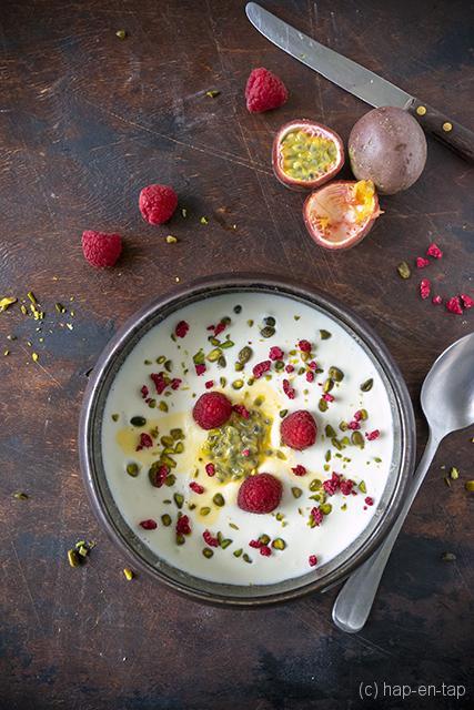 Witte chocolade soepje met kokos, passievrucht en framboos