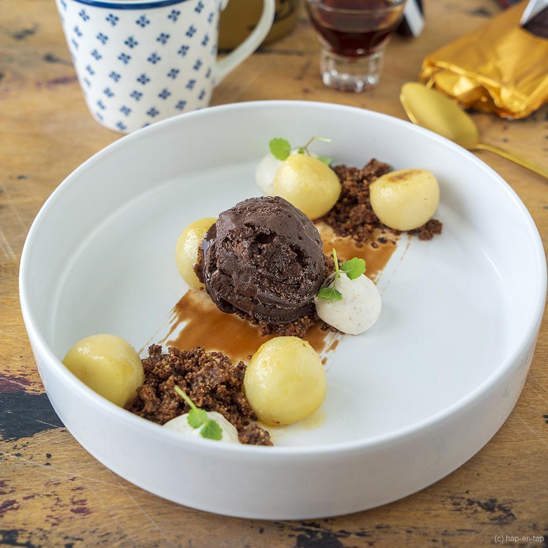 Valrhona-chocolade, gekaramelliseerde peer, speculaaskruiden, koffiecrunch