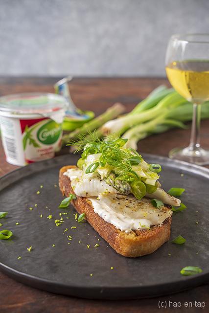 Luxe bruschetta met gegrilde tarbot en groene asperges