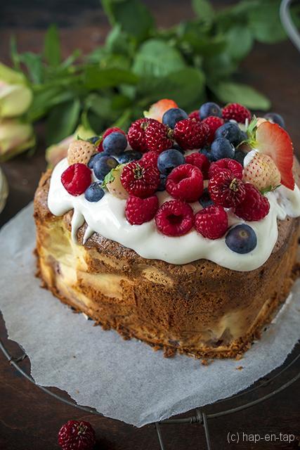 Zoete taart met rood fruit en kokos