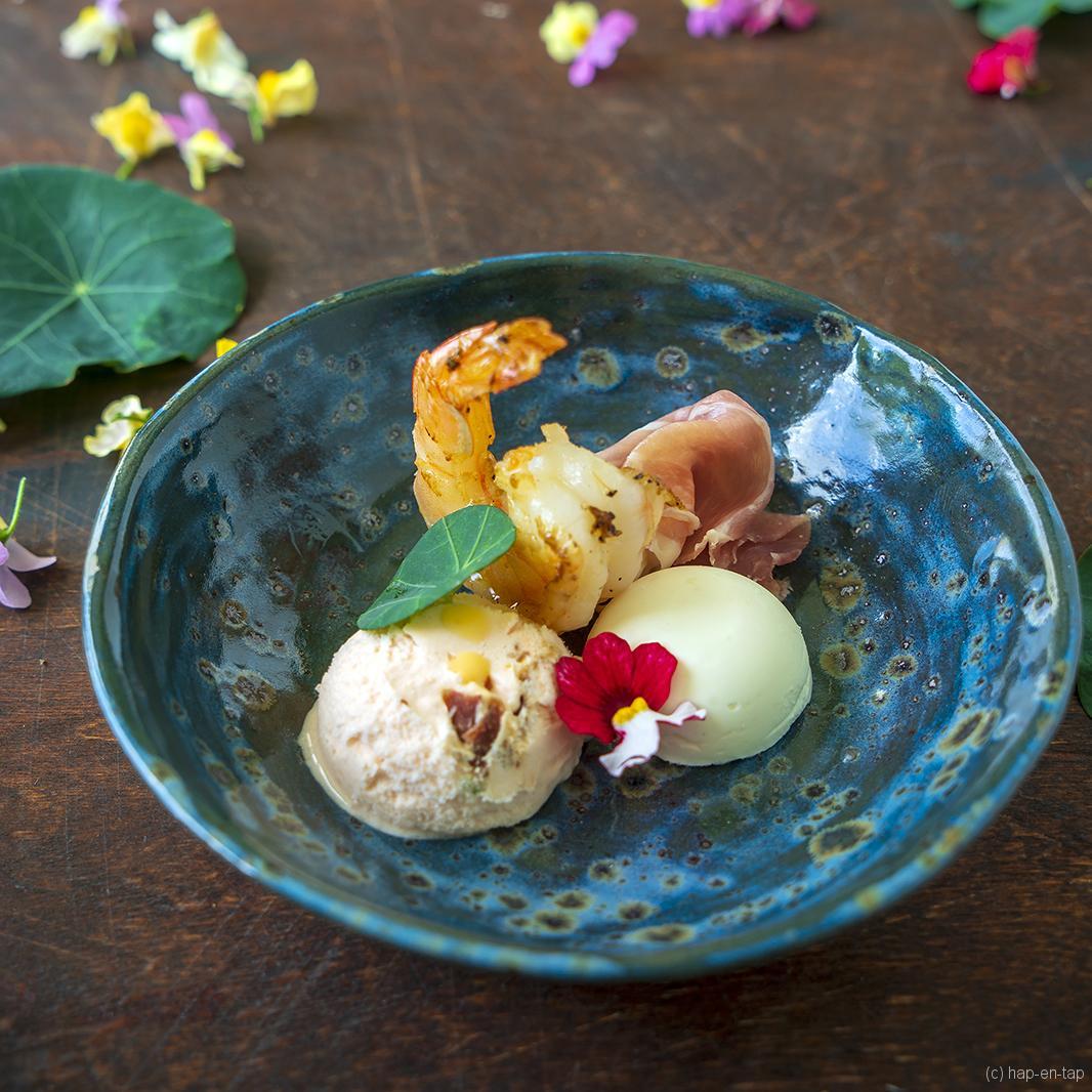 Meloensorbet met crunchy Parmaham, geitenkaasmousse en scampi's
