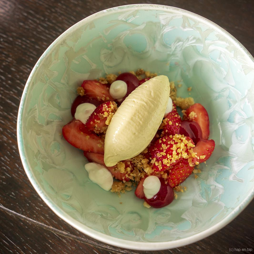 Aardbeien, rabarberijs, Griekse yoghurt, aardbeiengel, crumble