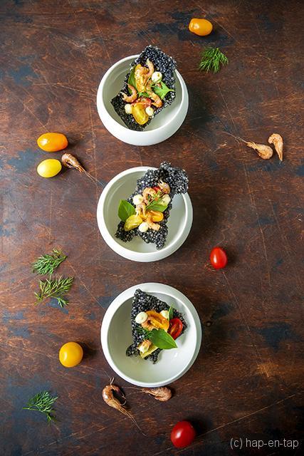 Tapiocacracker, grijze garnalen, kerstomaatjes