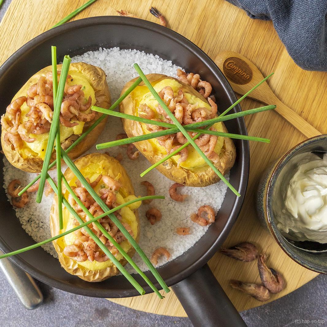 Gevulde, gepofte aardappel met garnaaltjes en zure room van Oud Sluis