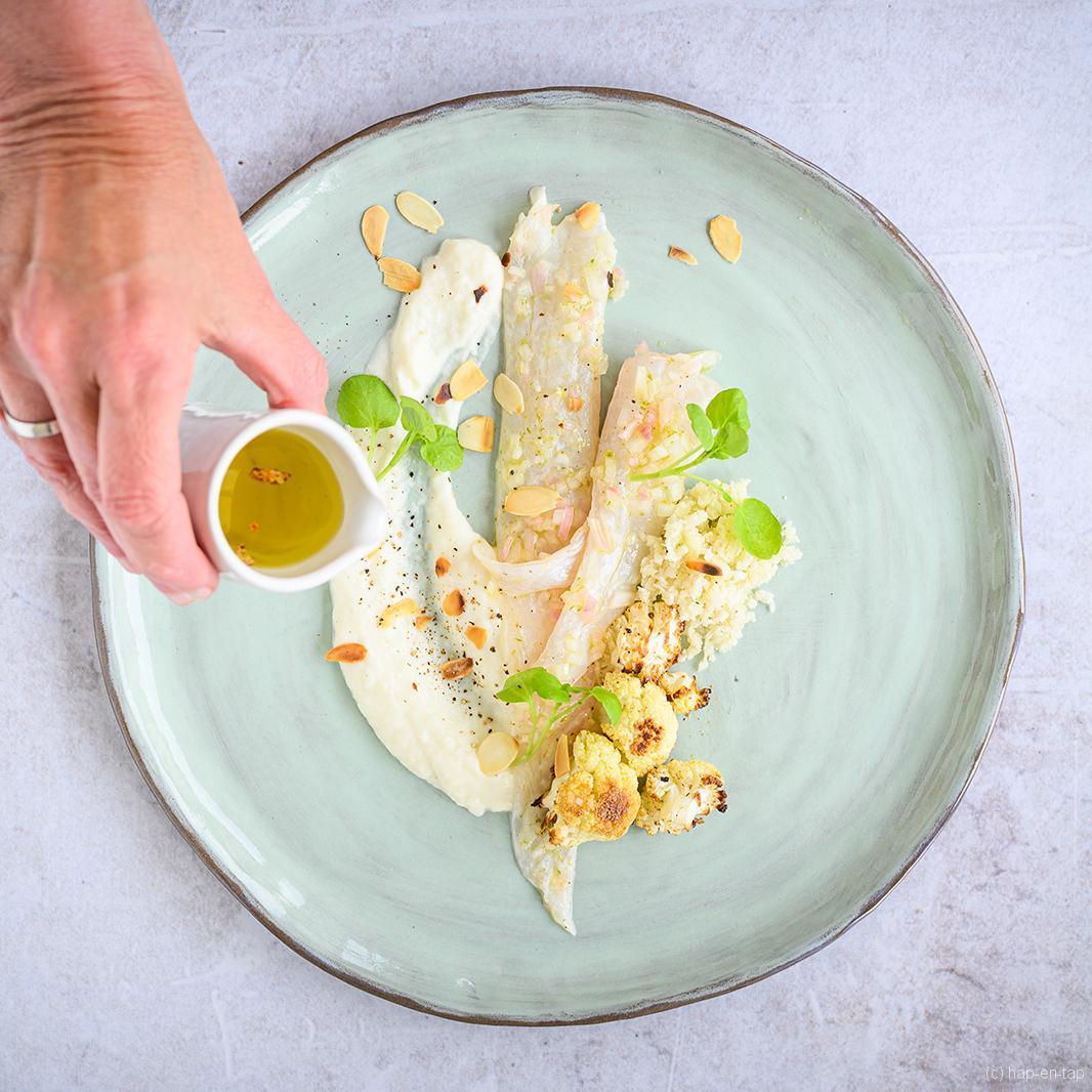 Ceviche van zeetong met drie structuren van bloemkool